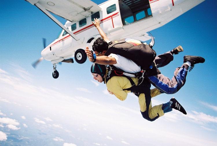 czytaj dalej artykuł: Poczuj adrenalinę skacząc ze spadochronem